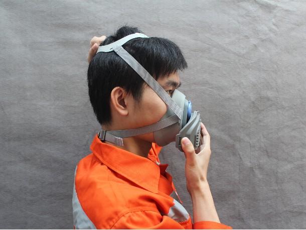 该如何准确使用过滤式防毒面罩